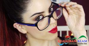 10 Panduan Makeup Bagi Wanita Yang Memakai Kacamata