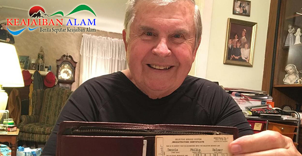 Luar Biasa Sempat Hilang Selama 47 Tahun, Kakek Ini Pamer Dompet Yang Akhirnya Kembali
