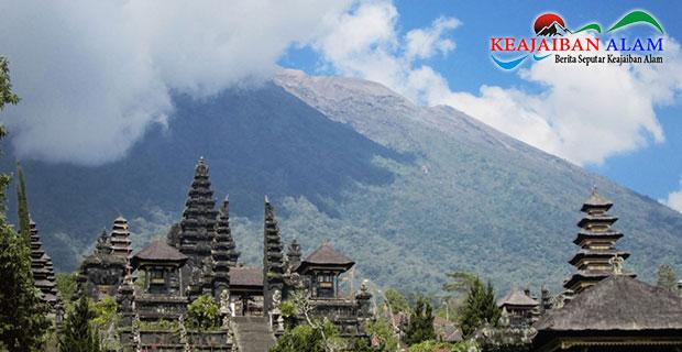 Gunung Agung Meletus dan Semburkan Asap Dengan Tinggi 2.500 Meter, Bali Aman Dikunjungi?